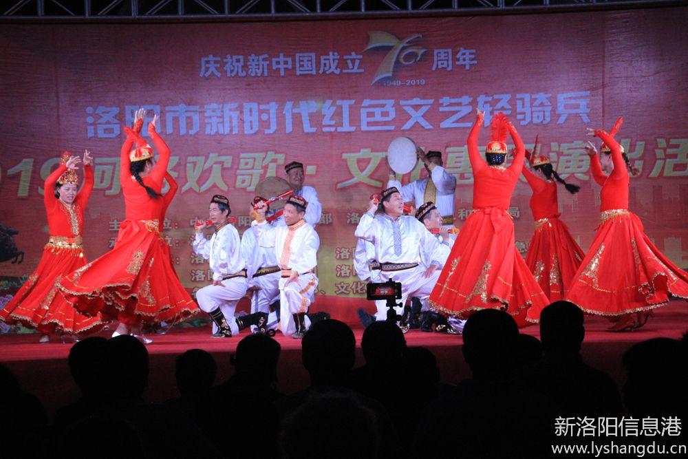 新时代红色文艺轻骑兵广场文化演出随拍:欢乐的赛乃姆7.jpg
