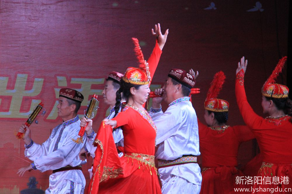 新时代红色文艺轻骑兵广场文化演出随拍:欢乐的赛乃姆6.jpg