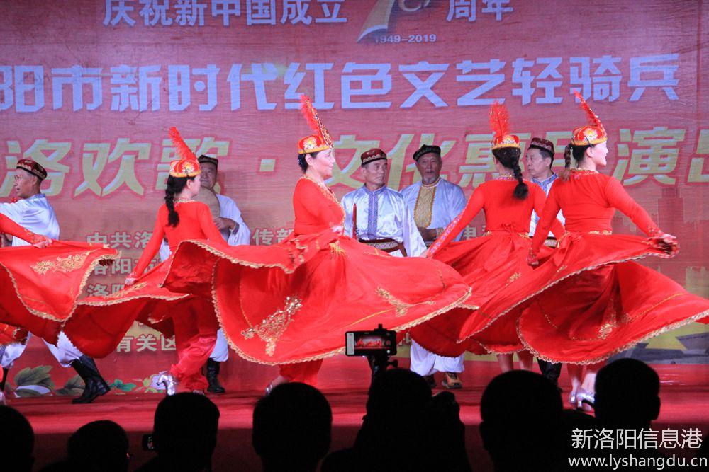 新时代红色文艺轻骑兵广场文化演出随拍:欢乐的赛乃姆12.jpg