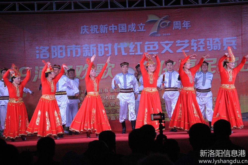 新时代红色文艺轻骑兵广场文化演出随拍:欢乐的赛乃姆13.jpg