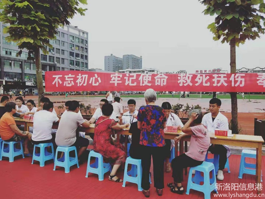 """第二届""""中国医师节""""来临之际 偃师市中医院举办大型义诊活动"""