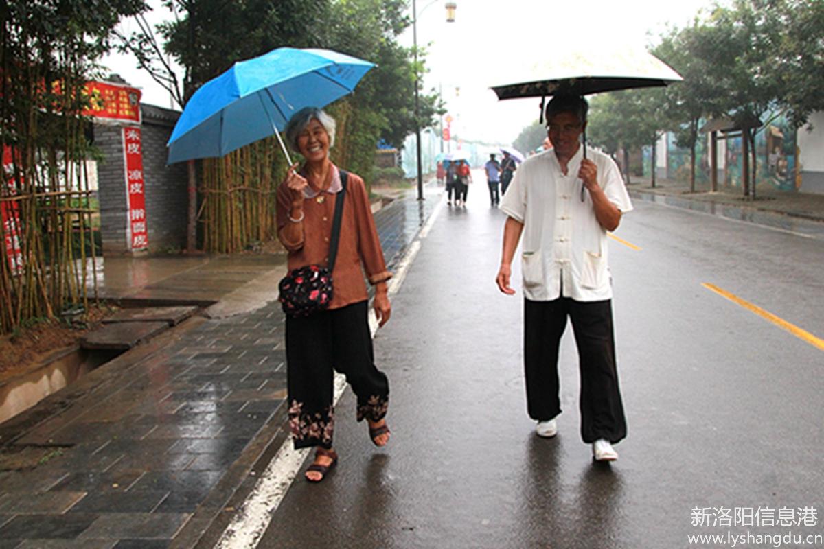 魏坡旅途中温馨的亲情和友情,欢乐的笑声。
