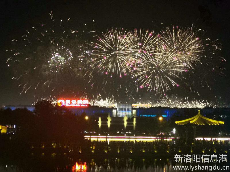 央视中秋晚会(洛阳)开元湖上空,今晚烟火璀璨绽放