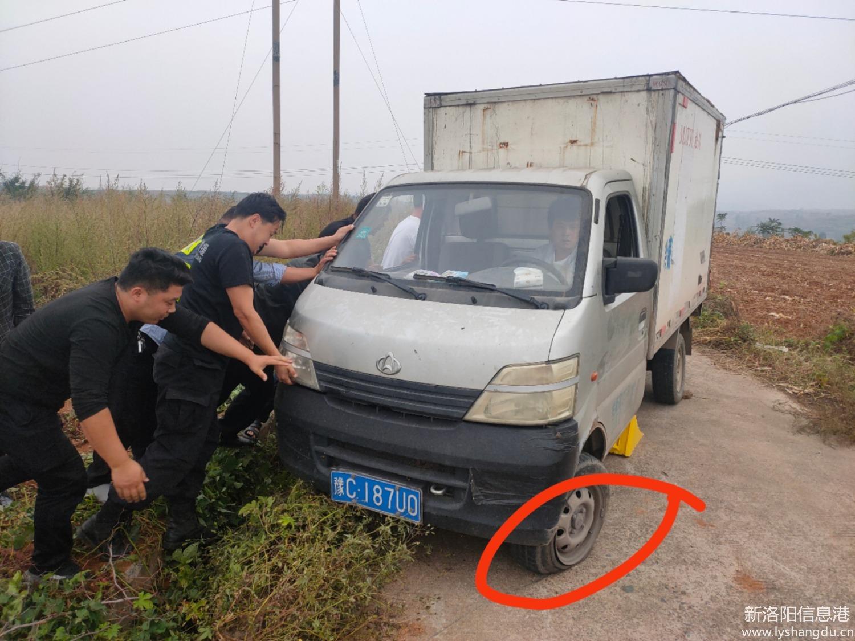 河南伊川:四个轮胎爆了仨,蛟龙救援队积极施救!