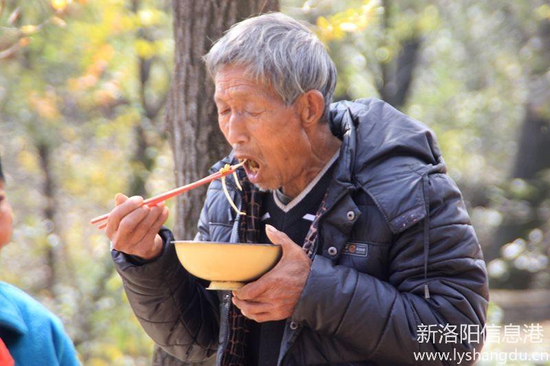 照片帖(1089)抓拍:吃饭了