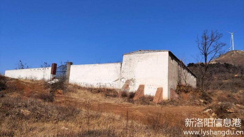 伊川县江左镇塔沟林场违章建筑破坏绿水青山