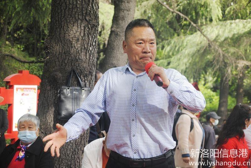 看看花脸王黄老师演唱包公的面部表情